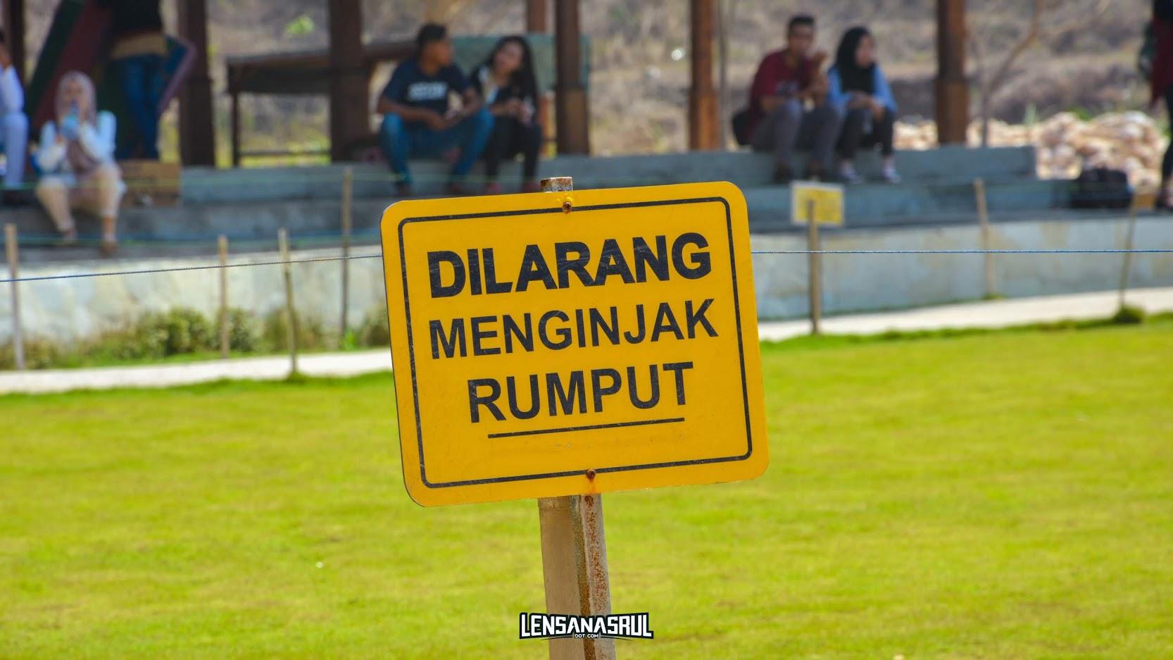 Dilarang menginjak rumput