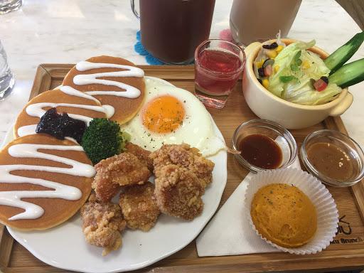 滿豐富的早午餐~韓式炸雞配藍莓鬆餅還不錯,但鬆餅乾了點