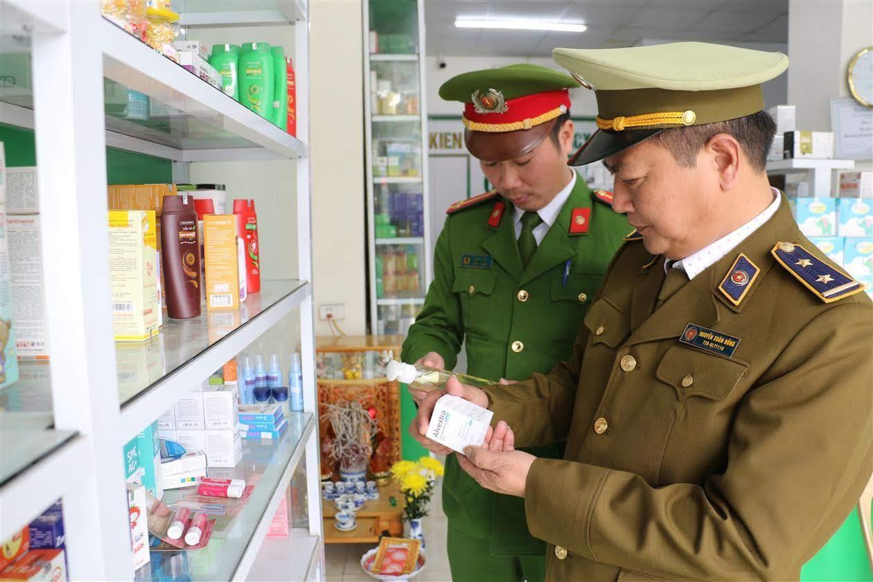 Phòng Cảnh sát Kinh tế, Công an tỉnh phối hợp Cục QLTT kiểm tra thực tế tại các hiệu thuốc trên địa bàn.