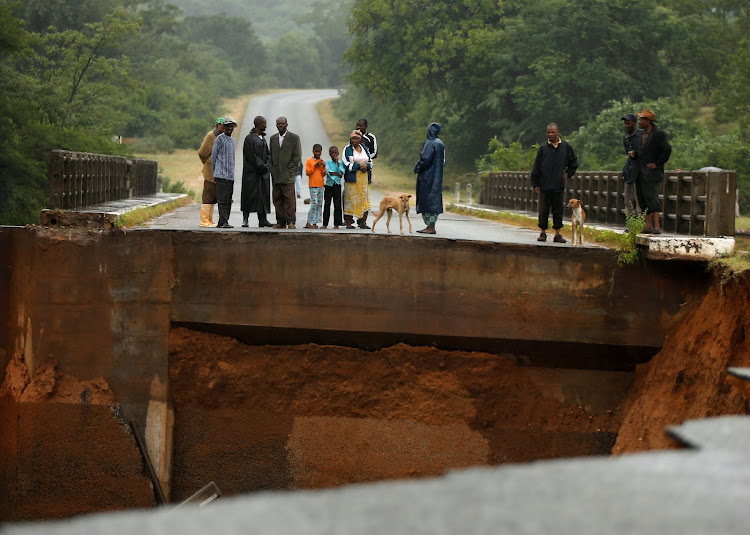 In Pictures Mozambicans Scramble To Save Themselves