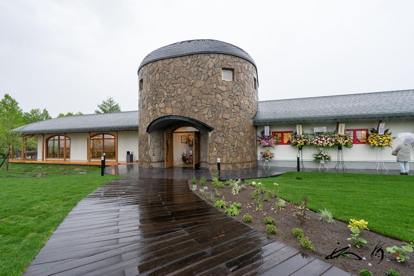 印象的な石焼き窯のようなドーム型建築