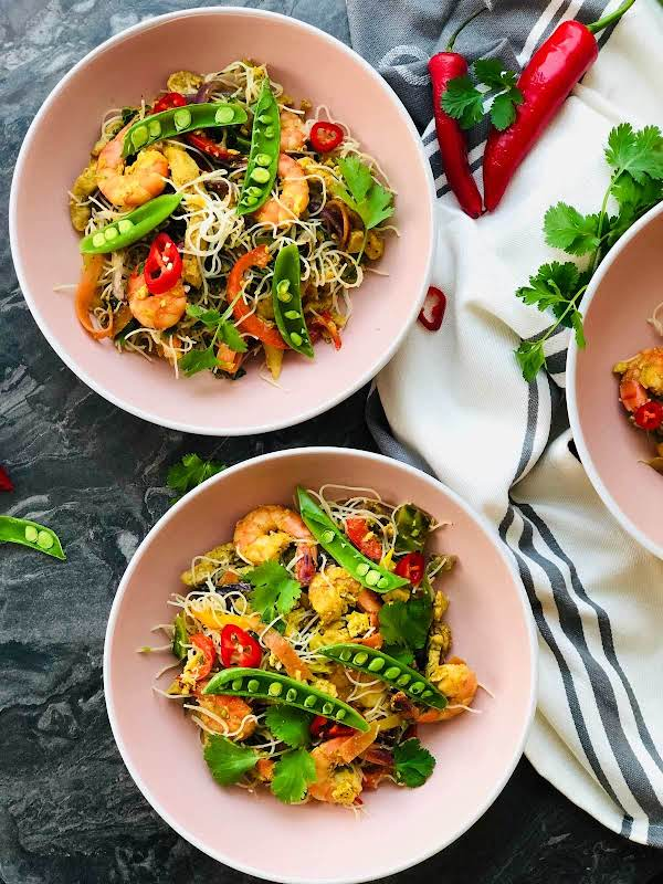 This Singapore-style Noodles Is Definitely A Stir-fry Classic, Super Easy To Make Home So No More Take-aways, Right? Packed With Goodness And Flavour. Delicious!