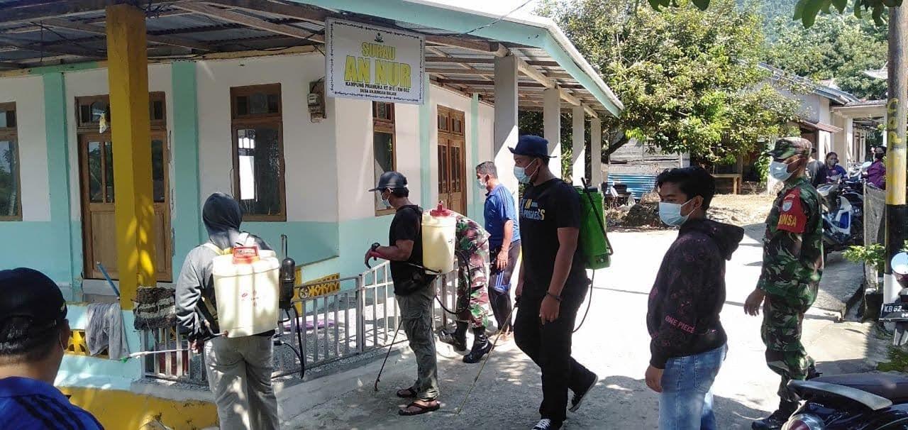 Cegah Penyebaran Covid-19,Anggota Zidam dan Satgas Covid banjiri Disinfektan di Kampung Pramuka Desa Anjongan Dalam