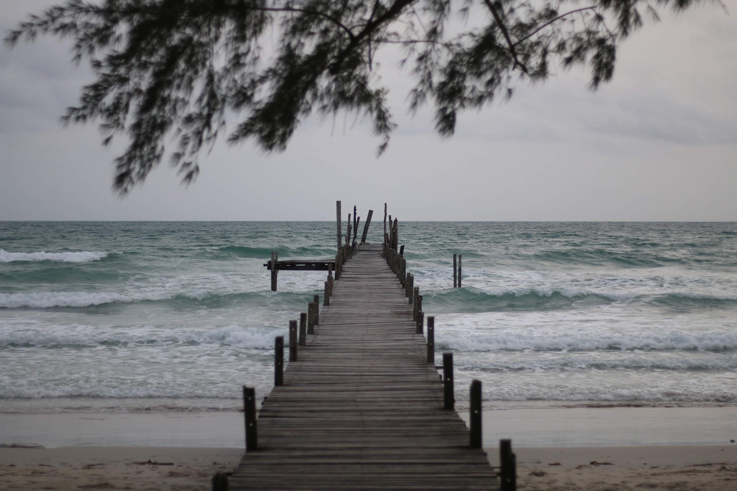 สะพานแนวยาวยื่นออกไปกลางทะเล