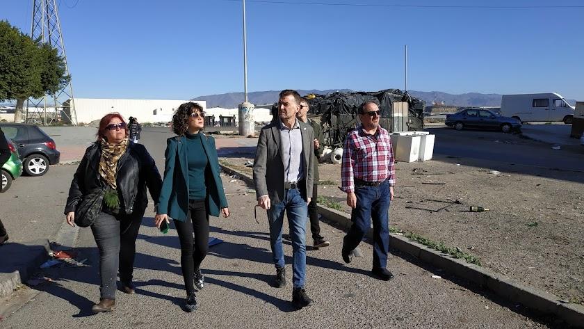 Amalia Román, Mª Jesús Amate, Antonio Maíllo y Rodrigo González visitando el barrios