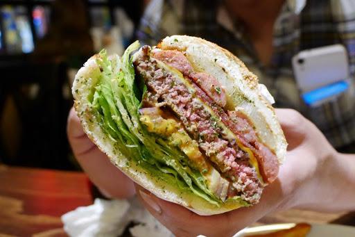 ㄧ口咬下會噴汁的漢堡好吃 牛排也不錯是聚餐的好場所