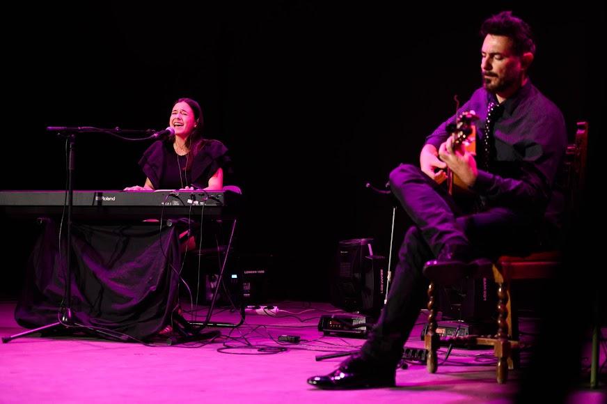 Actuación de la cantante Mar Hernández, con Francis Hernández a la guitarra.