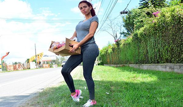 Porndoe – La pervertida pelirroja colombiana Ivana Ramirez recogida y taladrada
