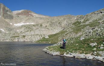 Photo: Poco a poco vamos entrando en este valle rocoso, salpicado por varios pequeños ibones: Estanyets de Coma Arnau.