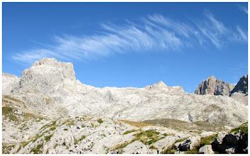 Photo: Pico San Carlos, T. de Altaiz, Tesorero, Peñas Urrieles y T. de los Horcados Rojos.
