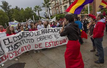 Photo: GRA226. SEVILLA 18/10/2012,- Miles de personas han recorrido hoy el centro de Sevilla en dos manifestaciones contra los recortes en educación, enmarcadas en la semana de protestas convocada por el Sindicato de Estudiantes y el llamamiento a la huelga de la Confederación Española de Asociaciones de Padres y Madres (CEAPA). EFE/Julio Muñoz䊮ᤀ
