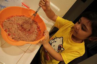 Photo: Mi pequeña ayudante me ayudo a mezclar.