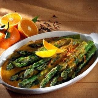 Überbackener grüner Spargel mit Orangen-Hollandais