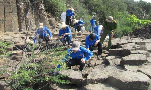 Hơn 40 đoàn viên vệ sinh môi trường Ghềnh Đá Đĩa