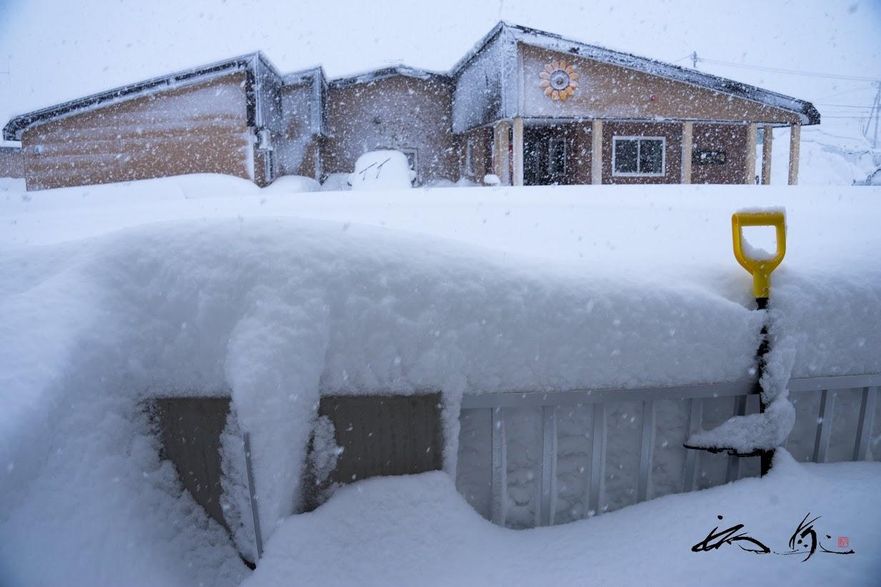 雪で埋もれるベランダ