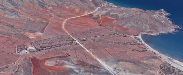 la cortijada de Las Chiqueras (izda) está a más de un kilómetro de la playa de Genoveses.