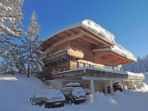 Photo: Vue sur le bâtiment d'accueil de la résidence en hiver