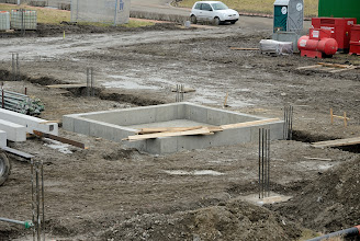 Photo: 24/02/2012 - © ervanofoto  In deze betonnen fundering moet later de grote warmwatertank komen.