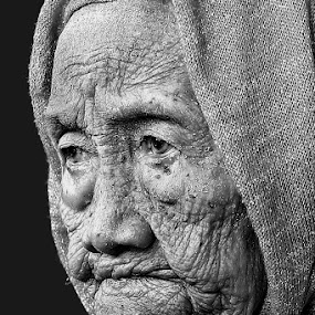 old women by Faizal Fahmi - People Portraits of Women ( person, old, grand mother, woman, black & white, bw, women, portrait )