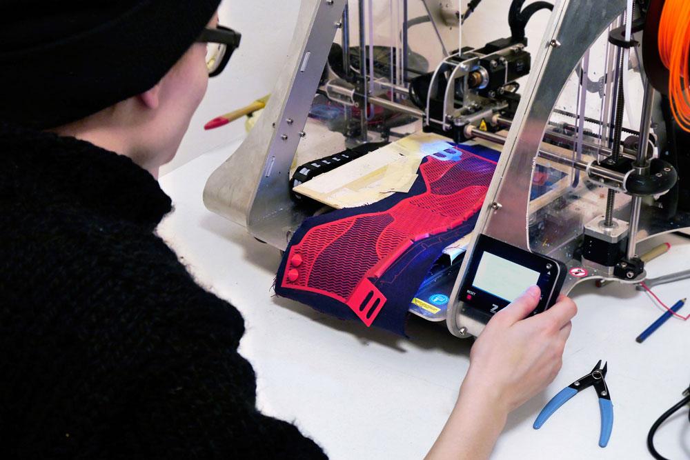 Интересно, что Гронович и Мотылинска разработали собственный метод трехмерных объектов печати непосредственно из шерсти и хлопка.