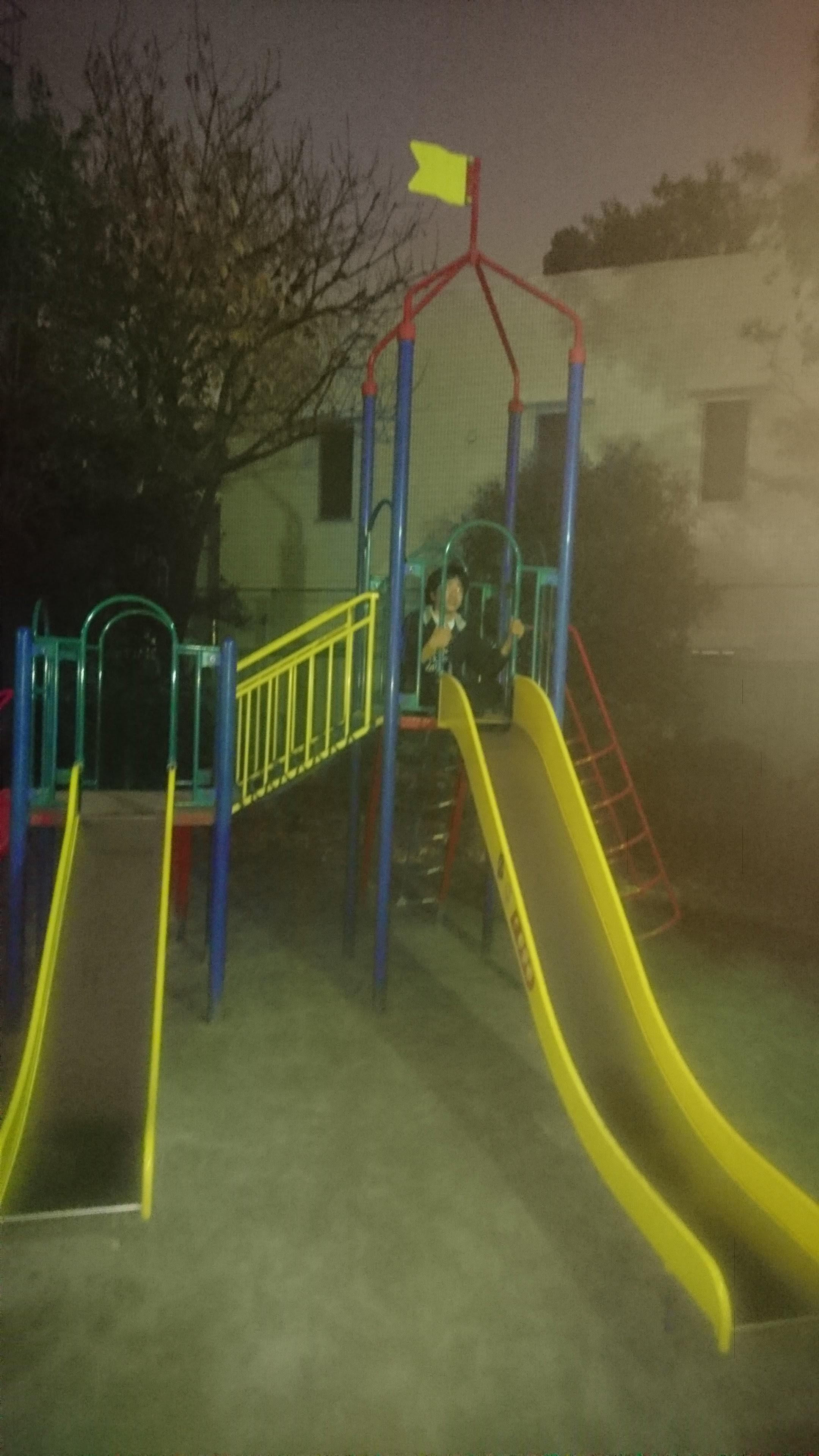 夜の児童遊園の幻想。