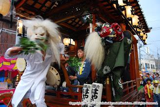Photo: 【平成19年(2007) 宵宮】 「はやし(山手)」の音にあわせて狐・獅子が暴れる。