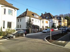 Photo: Das letzte Stück der Christian-Rohlfs-Straße ist auf der Ostseite von größeren Villen ,besetzt'.
