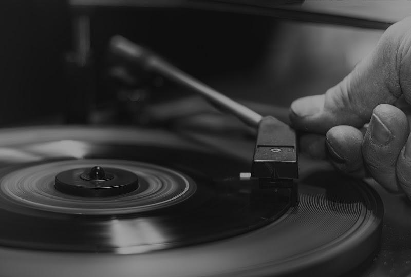 Un gesto obbligato , rispettoso .Ogni singolo granello di polvere influisce sulla musica, la cambia, rendendo l'ascolto ogni volta unico. di christiandeledda