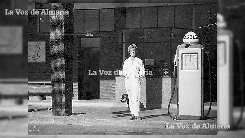 Araceli Plaza fue la primera mujer en Almería que trabajó como empleada en una gasolinera. No dudaba cuando tenía que ponerse el mono blanco.