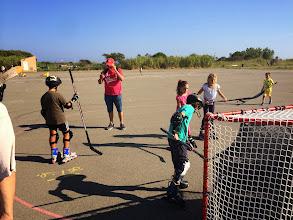 Photo: En fin d'après-midi, avant de clore la journée à 18h, plusieurs enfants s'entrainaient toujours à tirer sur la cage de hockey.