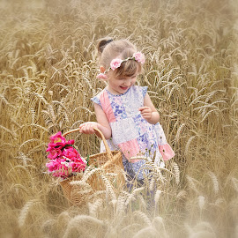 Freedom to explore makes Eva happy by Love Time - Babies & Children Child Portraits