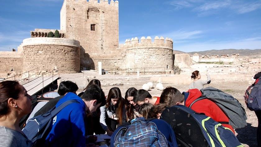 Imagen de archivo de una visita guiada por el Conjunto Monumental de La Alcazaba.