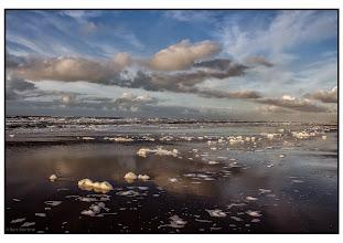 Photo: Nederland - Natuur - schuimkoppen op het strand Foto: De Groene wereld