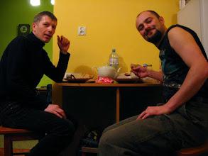 Photo: Po nieprzespanej nocy i zawirowaniach komunikacyjnych przed 04 docieram do Sosnowca. Zjadamy gorące leczo, strawę popijamy wyborną, domową wiśniówką Grzesia i zbieramy się na autobus.