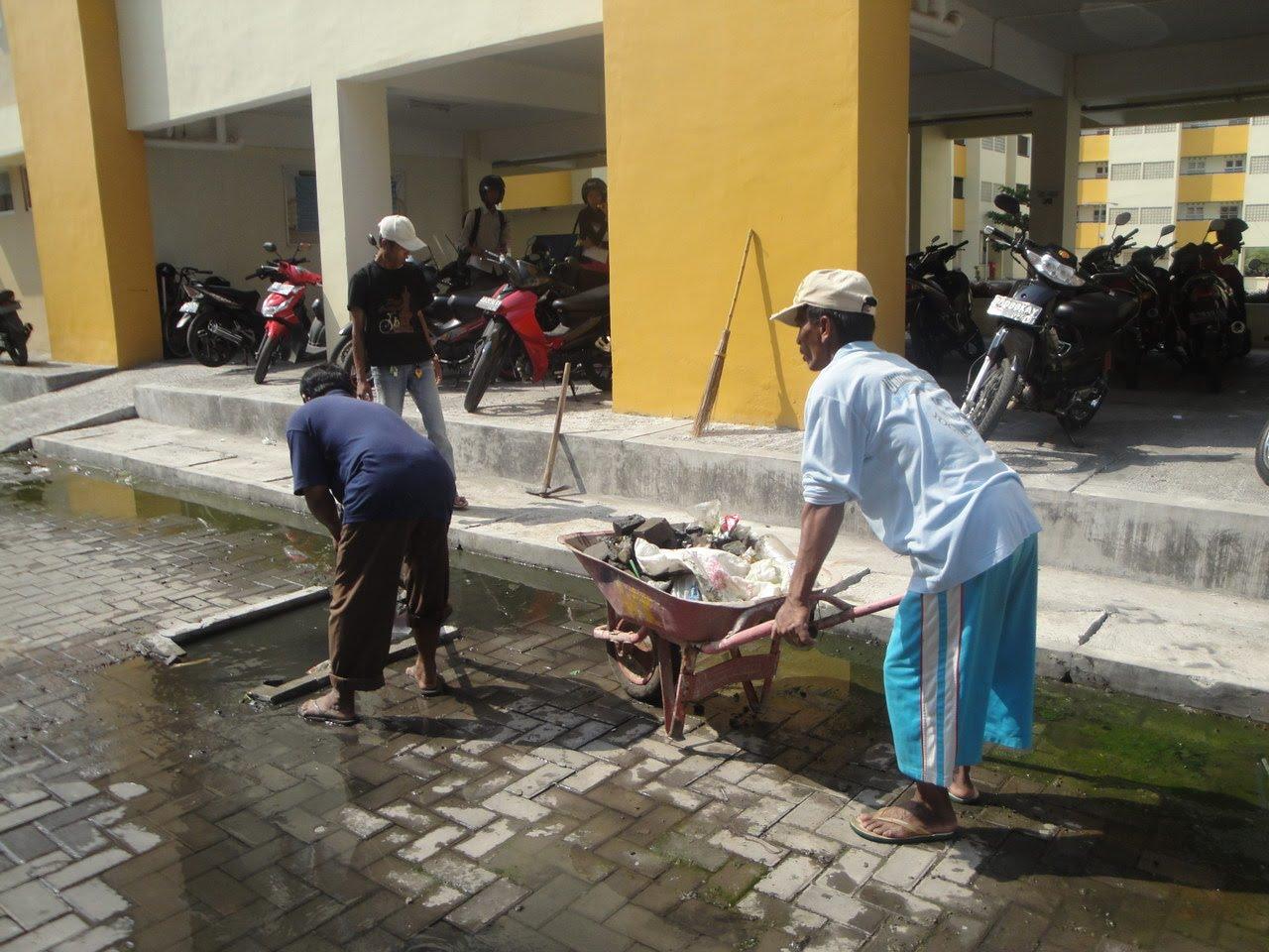perbaikan kerusakan saluran pembuangan air kotor tersumbat