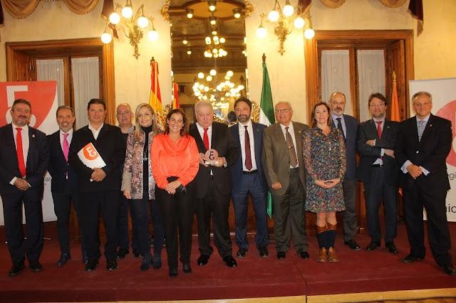 La decana del Colegio Profesional de Economistas y su Junta de Gobierno junto al galardonado.