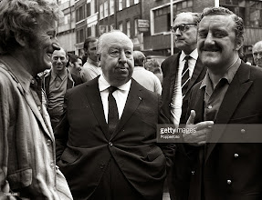 """Photo: Hitchcock filmando """"Frenesi"""" em locação noCovent Garden, o mercado popular em Londres."""