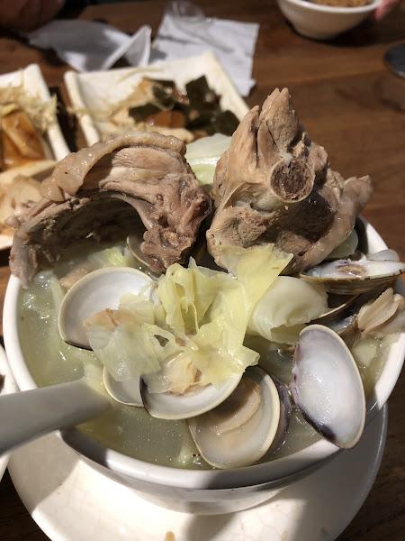 油飯表現很棒!不油膩,很喜歡!蛤蜊燉雞湯的湯頭很鮮甜、非常好喝!值得再訪!