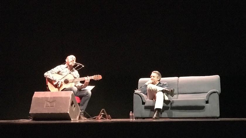 Javier Ruibal y felipe Benítez Reyes en el Auditorio 'Ciudad de Vícar'.