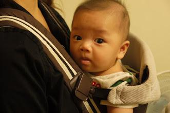 Photo: 第一次用揹巾(要去保姆家了)