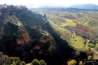 Photo: 2: Desde aquí divisamos la Serranía de Ronda y abajo vemos casas como adheridas a las rocas.