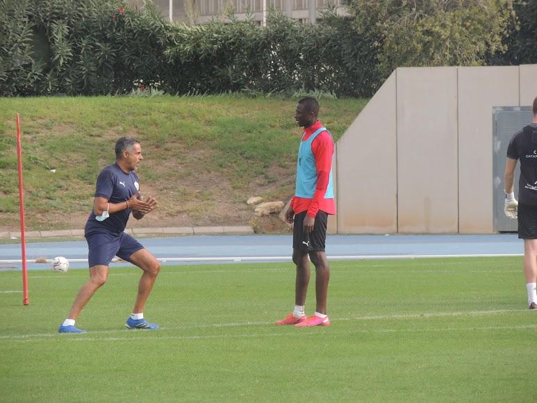 Gomes habla con Umar Sadiq.