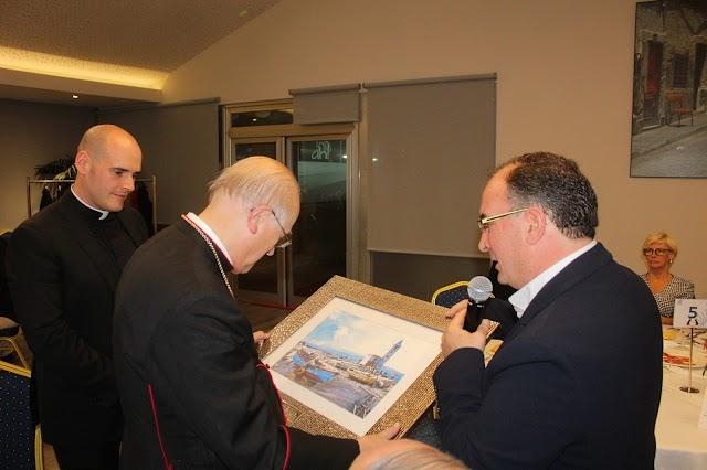Al obispo de Almería, la Fundación le hizo entrega de un cuadro donado por el galerista José Tortosa.
