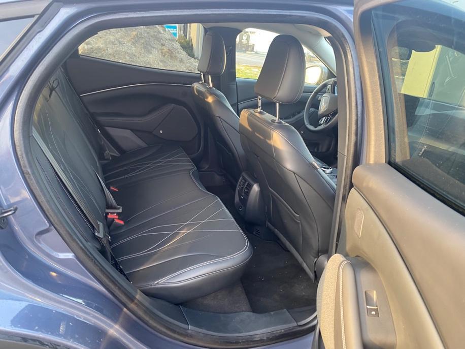 Et bilde som inneholder bil, utendørs, bagasjerom, bilsete  Automatisk generert beskrivelse
