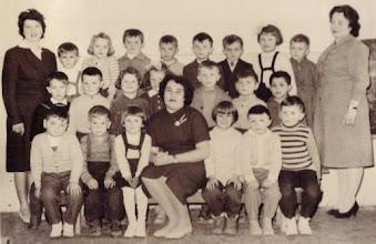 Photo: Óvodások, 1962, Csicsó Fentről lefelé és balról jobbra:  Lancz Józsefné, Kovács Laci, Csémi Marika, Magyarics Ferdinánd, Fábik Pityu, Balázs Sanyi, Lakatos Karcsi, Nagy Hajni, Bankó Gyuszi, Szüllő Gyuláné  Kustyán Józsi,Bödők Péter, Vasmera Erzsike, Németh Gizi, Németh Sanyi, Belák Vili, Kuki Feri  Németh Ernő, Görözdi Zoltán, Fehérváry Klári, Ladányi Ilona, Kohut Ĺuba, Lancz Józsi, Haluska Dodó