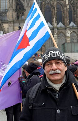Demonstrant mit VVN-Fahne.