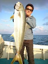 """Photo: これもいいサイズでした! ヒラス6.9kgでした! 長さは""""ヤマダさん""""の魚より長かったのですが、痩せてましたね。 ・・・ご本人は「ポッチャリ」ですが。"""