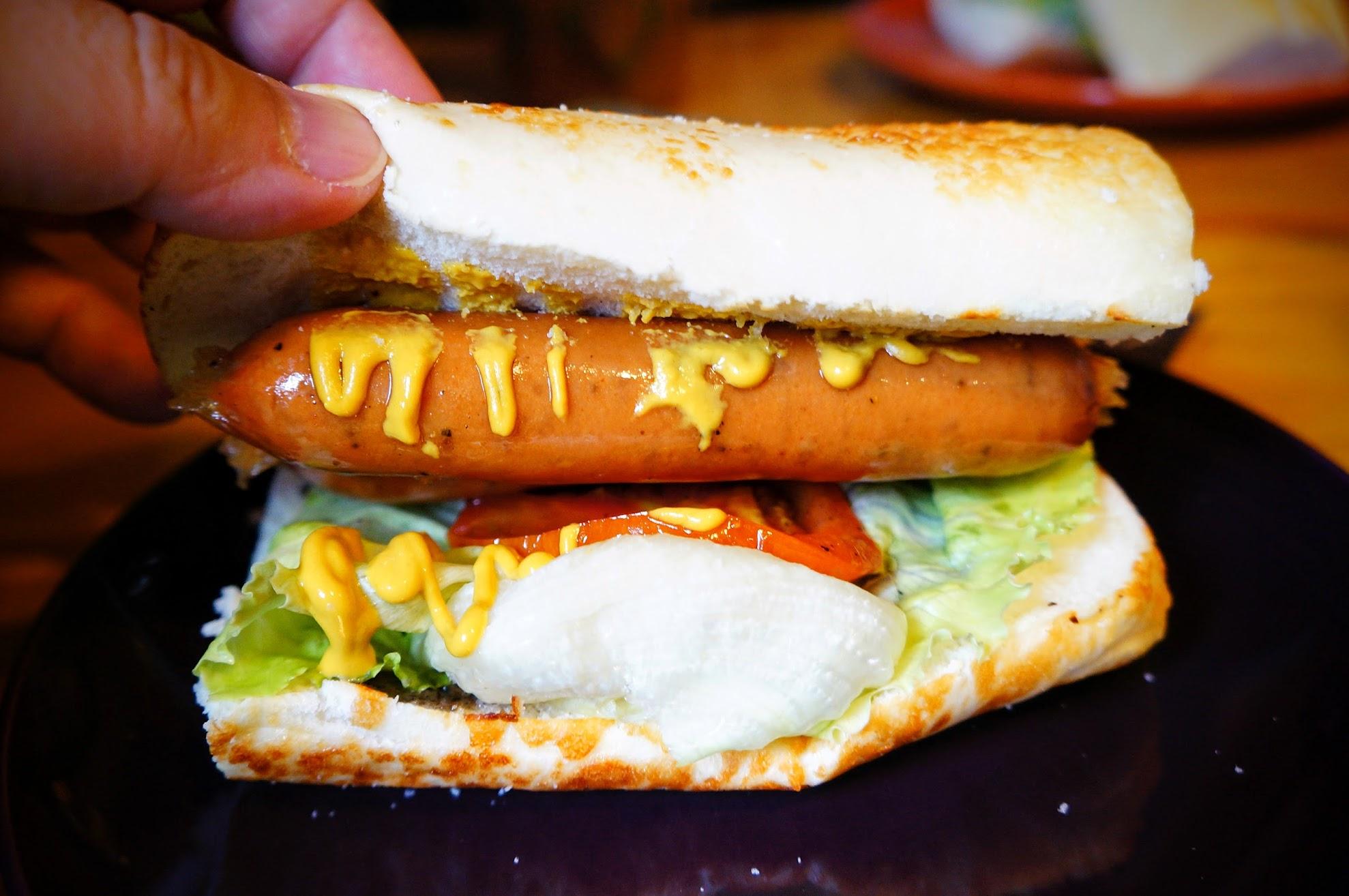 上下麵包也有塗芝麻沙拉醬,中間則是二根香腸!