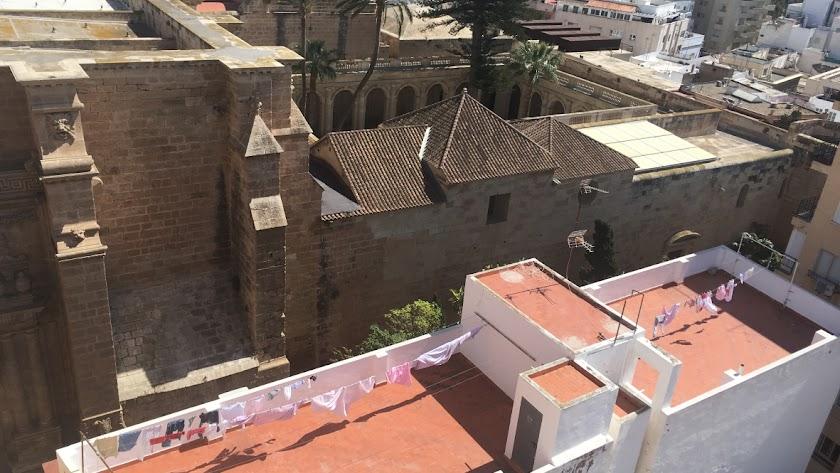Un terrao soleado de la calle Velázquez de la capital, frente al claustro de la Catedral, con ropa tendida de punta a punta.