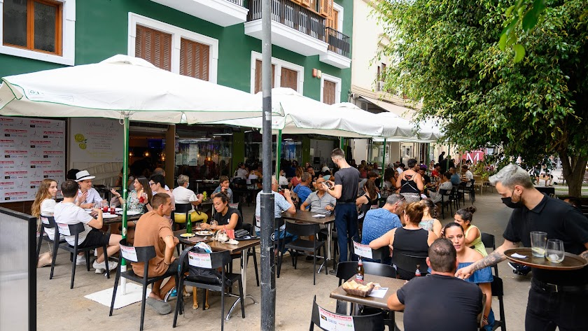 Ambiente en terrazas de la Plaza Marqués de Heredia durante la pasada Feria.